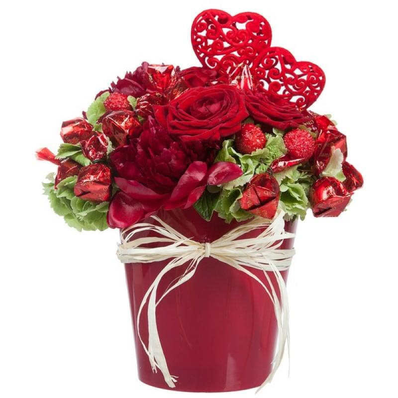 Красная декоративная композиция с зелеными гортензиями