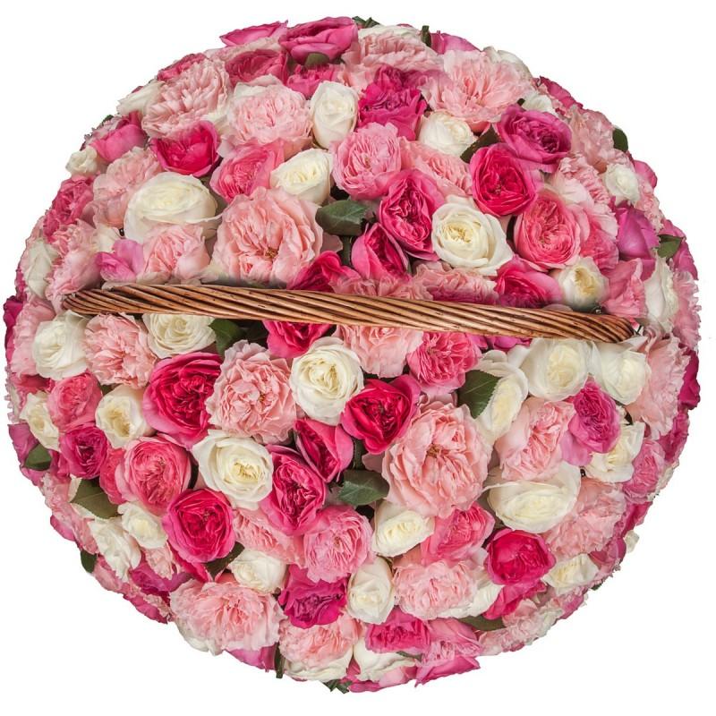Цветочная композиция на оазисе в корзине