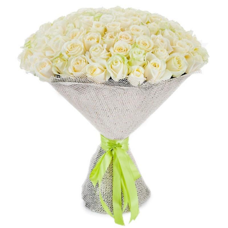 Круглый букет из белых роз