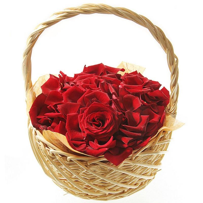 Корзинка с лепестками красных роз