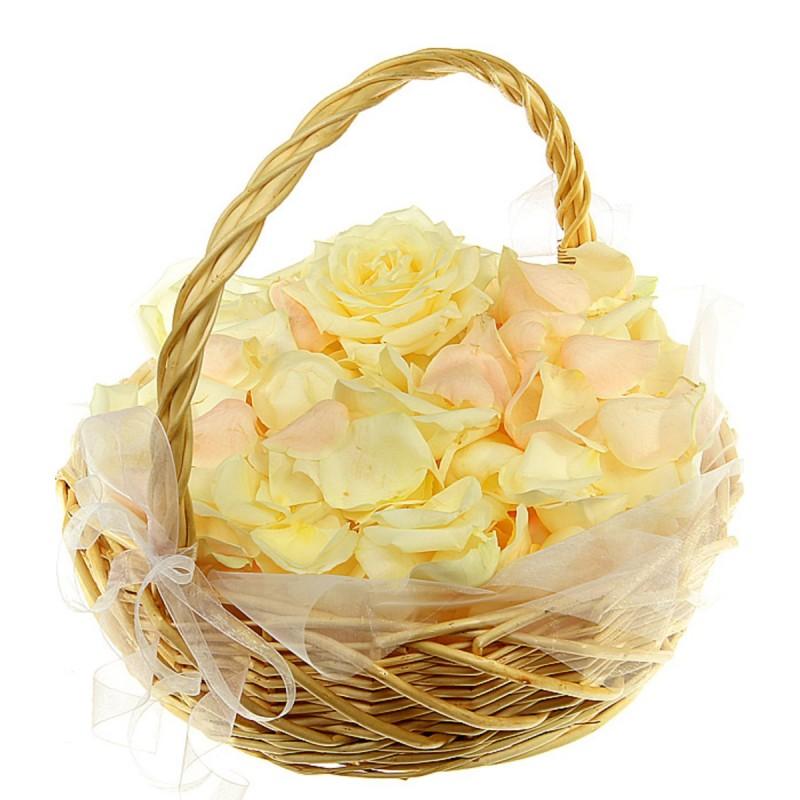 Корзинка с лепестками розовых и белых роз